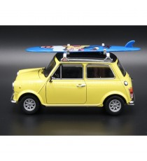 MINI COOPER LEYLAND INNOCENTI 1300 DE 1975 JAUNE AVEC SURF 1:24 WELLY