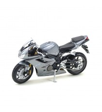 TRIUMPH DAYTONA 675 DE 2006 GRISE SANS SOCLE 1:18 WELLY